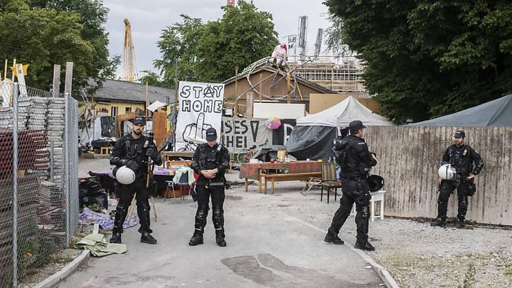 Für die Räumung von besetzten Liegenschaften, wie auf dem Juch-Areal in Zürich, werden der Polizei im Kanton Zürich weiterhin keine zeitlichen Fristen gesetzt.