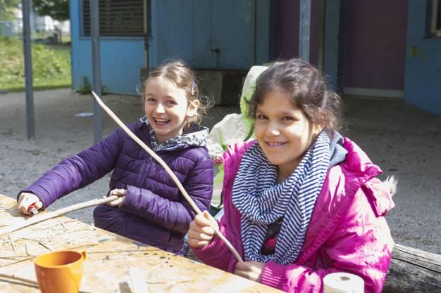 Diese Mädchen freuen sich schon jetzt auf ihren selbst gebastelten Pfeilbogen.