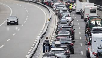 Stockt der Verkehr auf der Überholspur, soll künftig Rechtsvorbeifahren erlaubt sein. (Symbolbild)