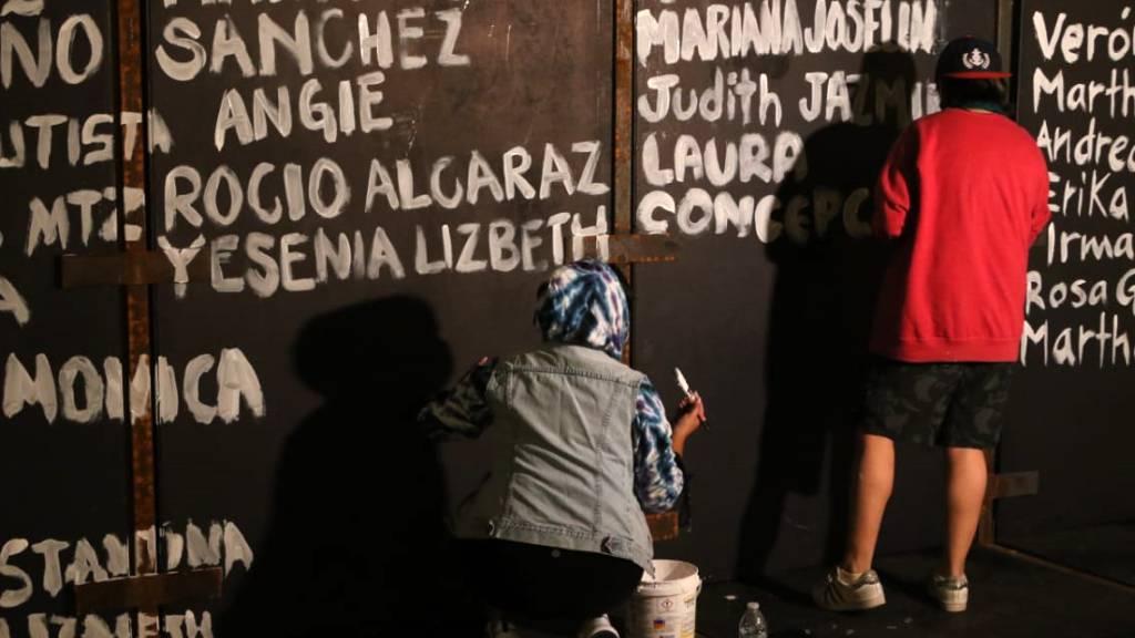 Zaun vor Palast in Mexiko in Denkmal für ermordete Frauen verwandelt
