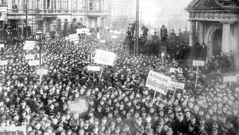 Es begann mit Demonstrationen von Matrosen in Kiel und setzte sich mit Kundgebungen in ganz Deutschland fort: Die deutsche Revolution von 1918 war erfolgreich und erstaunlich gewaltlos.