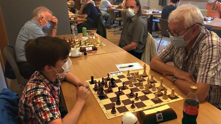 Schachspiele im Wohler Rössli mit Schutzmaske.
