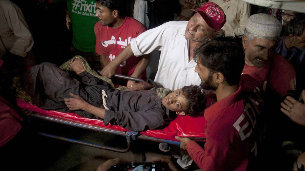 Ein Rettungsteam bringt einen Verletzten ins Spital.