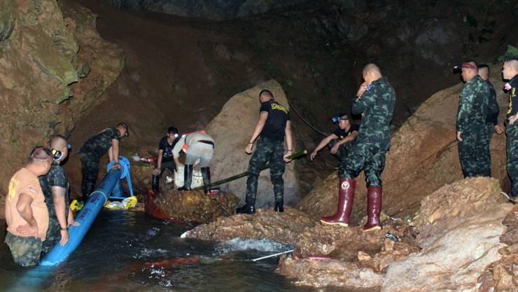 Nach tagelanger Suche haben Rettungskräfte in Thailand die verunglückten Jugendlichen in einer Höhle entdeckt.