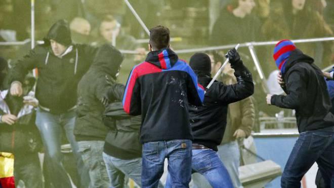 Gewaltexzess: Hooligans werfen Fahnenstangen in die Menge. Foto: Keystone