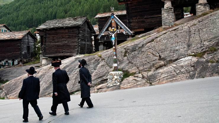 Strenggläubige Juden fallen durch ihre Kleidung auf und besuchen gerne Bergdörfer wie Saas-Fee VS.
