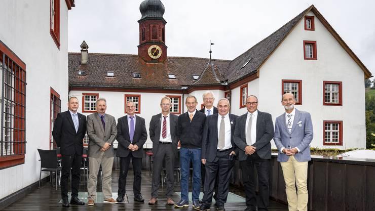 Die Ammänner der Gemeinden, in denen im September 2019 abgestimmt wurde, vor der Propstei in Wislikofen: (v.l.): Rolf Laube (Mellikon, Gemeinde bleibt eigenständig), Beat Rudolf (Rietheim). René Büeler (Baldingen, vertrat René Meier), Adrian Thoma (Böbikon), Heiri Rohner (Wislikofen), Ruedi Weiss (Kaiserstuhl), Urs Habegger (Rümikon), Werner Schumacher (Rekingen) und Reto S. Fuchs (Bad Zurzach).