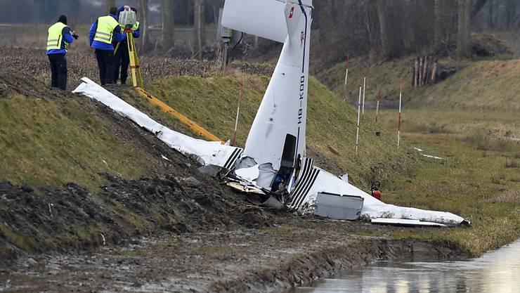 Das Kleinflugzeug stürzte am Rand eines Ackers bei Yverdon-les-Bains VD ab. (Archivbild)