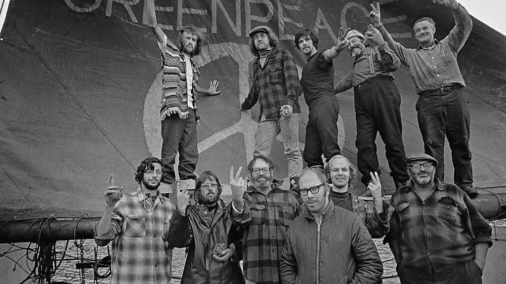 Die Besatzung der Phyllis Cormack (auch «Greenpeace» genannt)im Jahr 1971 an Bord des Schiffes. Im Uhrzeigersinn von oben links: Hunter, Moore, Cummings, Metcalfe, Birmingham, Cormack, Darnell, Simmons, Bohlen, Thurston, Fineberg. Foto: Robert Keziere/Greenpeace United States of Amer/dpa - ACHTUNG: Nur zur redaktionellen Verwendung im Zusammenhang mit der aktuellen Berichterstattung und nur mit vollständiger Nennung des vorstehenden Credits