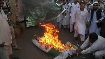 Pakistanische Demonstranten verbrennen eine Strohpuppe, die den indischen Premierminister Narendra Modi darstellen soll. Die Situation an der Grenze zwischen den beiden Atommächten hat sich gefährlich zugespitzt.
