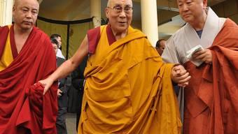 Der Dalai Lama hat von seinen Ärzten Ruhe verschrieben bekommen. Er verzichtet deshalb auf einen geplanten Besuch in den USA. (Archivbild)