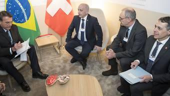 Die drei Bundesräte Ueli Maurer (2. von links), Guy Parmelin und Ignazio Cassis unterhielten sich am Mittwoch am WEF mit dem neuen Präsidenten Brasiliens, Jair Bolsonaro, unter anderem über ein Freihandelsabkommen.
