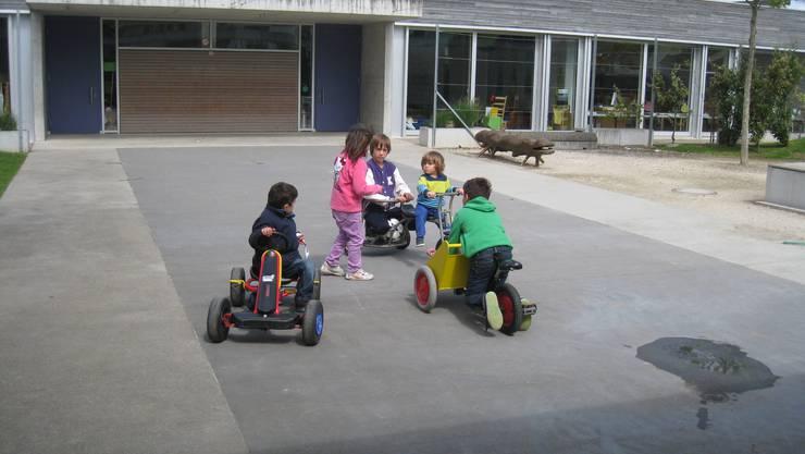 Die Kinder spielten auf dem Pausenplatz mit Fahrzeugen der Ludothek Brugg.