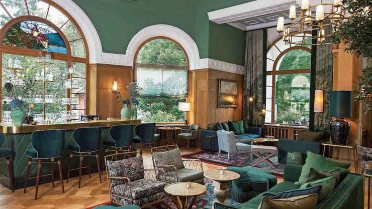 Die Lobby im Hotel Walther in Pontresina von Interior-Designerin Virginia Maissen hat ein klares Farbkonzept. Ein Klassiker in Grün: der Bibendum-Sessel von Eileen Gray bei ClassiCon. In zarten Grüntönen lässt sich selig schlafen.