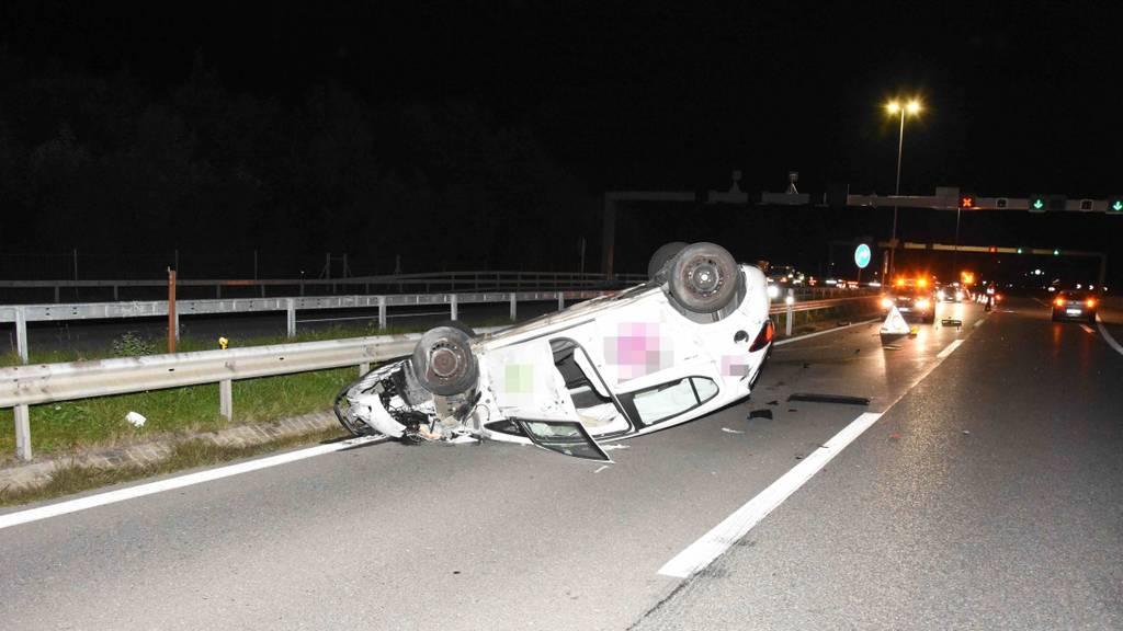 Betrunkener Unfallfahrer von Betrunkenem abgeholt