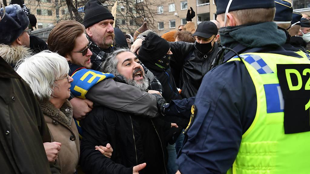 Hunderte Schweden protestieren gegen Corona-Massnahmen in Stockholm