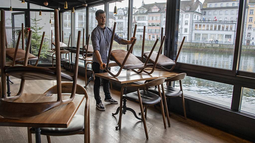 Restaurants sollen nicht nur draussen, sondern auch im Innern Gäste bewirten dürfen, fordert ein Postulat im Luzerner Kantonsrat. (Archivaufnahme)