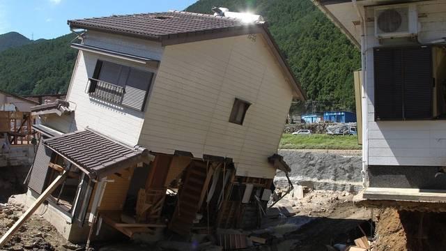 Unterspülte Häuser in Japan