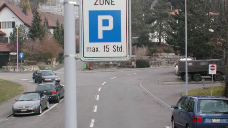 Solche Schilder verschwinden: Bald gilt in der weissen Zone überall eine maximale Parkdauer von fünf Stunden. (Bild: Matthias Kessler)