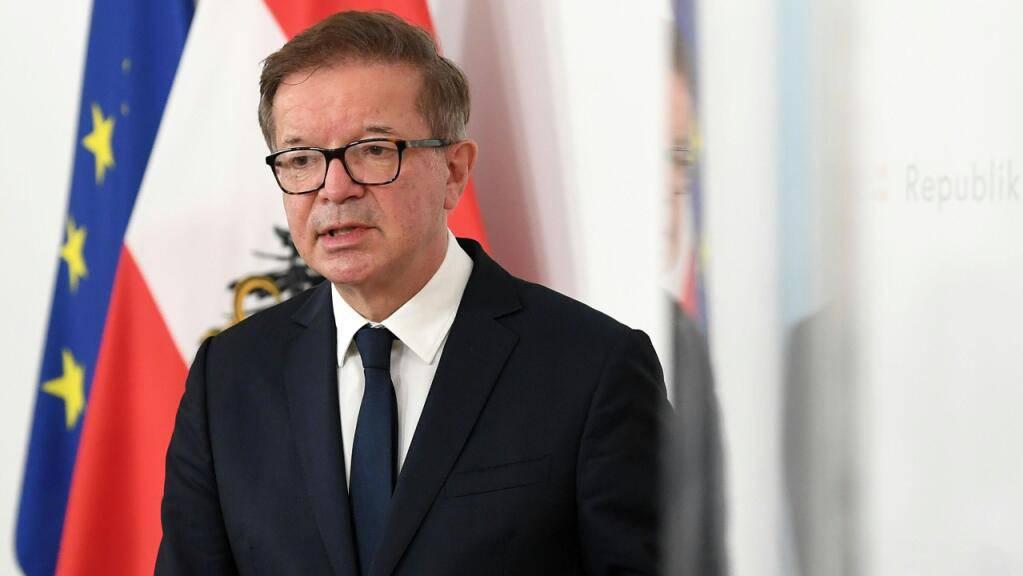 Rudolf Anschober (Grüne), Gesundheitsminister von Österreich, spricht während einer Pressekonferenz.