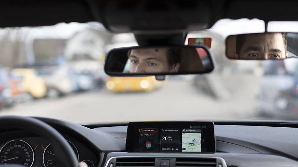 Wer die Fahrprüfung in einem Auto mit Automatik-Getriebe absolviert hat, darf sich ab 1. Februar ohne Einschränkung hinter das Steuer eines Autos mit Handschaltung setzen. Wer sich das nicht traut, soll noch einmal für ein, zwei Stunden zurück in die Fahrschule, empfiehlt die Polizei. (Symbolbild)