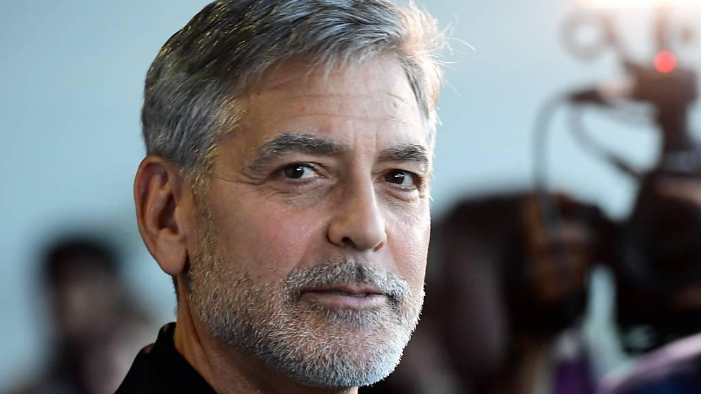 George Clooney, Schauspieler aus den USA, kommt zur Premiere des Films «Catch-22 - Der böse Trick» im GUE Cinema Westfield. Gemeinsam mit weiteren Starts wie Don Cheadle, Kerry Washington, Mindy Kaling und Eva Longoria ist er an einem Schulprojekt in Los Angeles beteiligt, das Minderheiten leichteren Zugang zur Filmindustrie ermöglichen soll.