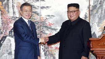 """Moon Jae In (links) und Kim Jong Un haben die """"Erklärung von Pjöngjang"""" unterzeichnet."""