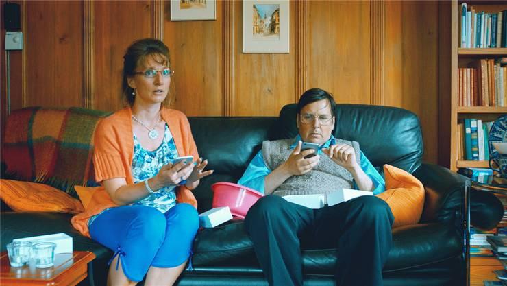 Frau Schneuwly (Anne Hodler) und Herr Schneuwly (Matto Kämpf) sind Archetypen der Schweizer Agglomerationsreservate.
