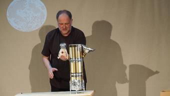 De Co-Theaterleiter Sven Mathiasen erzählt die Geschichte von Maus Armstrong und ihrer abenteuerlichen Reise zum Mond.