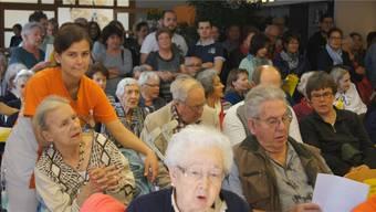 Eine Abwechslung für Mitarbeiter, Bewohner und Besucher: Der Gässliacker-Chor bot Jung und Alt ein Konzert.