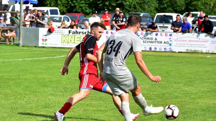 Meriton Shabani (links) versucht, Raoul Giger den Ball abzunehmen.