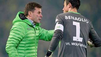 Benaglio nimmt von seinem Coach Hecking Anweisungen entgegen