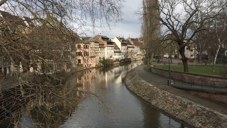 In Strassbourg patroullieren in der Fussgängerzone hoch bewaffnete Polizisten...