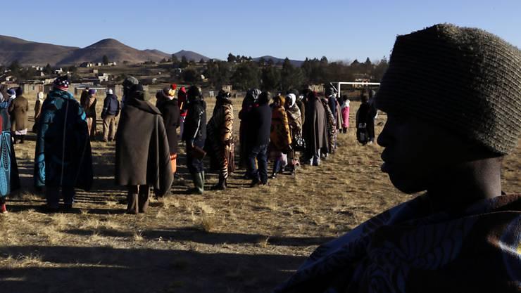 Menschen stehen Schlange vor einem Wahllokal in Semonkong, Lesotho. Das Land mit gut zwei Millionen Einwohnern ist seit 1966 von Grossbritannien unabhängig.