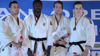 Domenic Wenzinger (2. v. r.) vom JJJC Brugg wurde am African Judo Open Dritter.