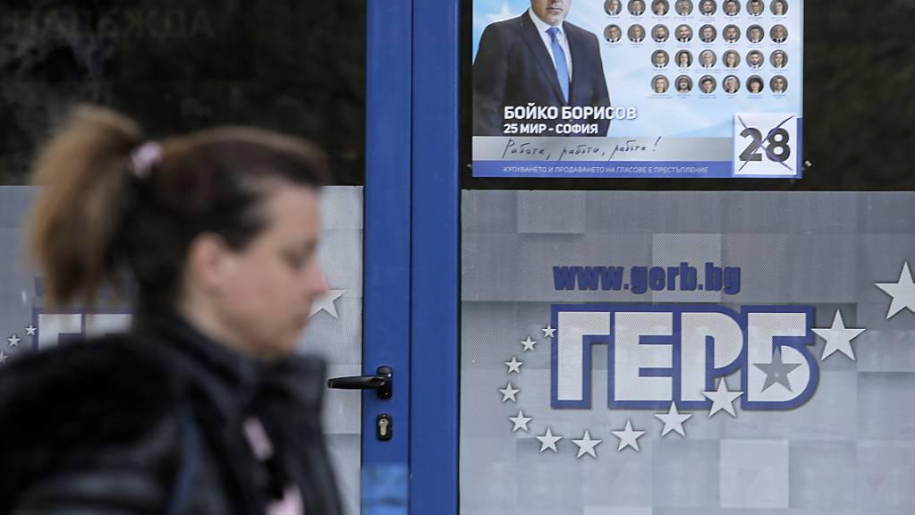 ARCHIV - Eine Frau geht an einem Plakat in Sofia vorbei, das den bulgarischen Premierminister Borissow zeigt. Foto: Valentina Petrova/AP/dpa