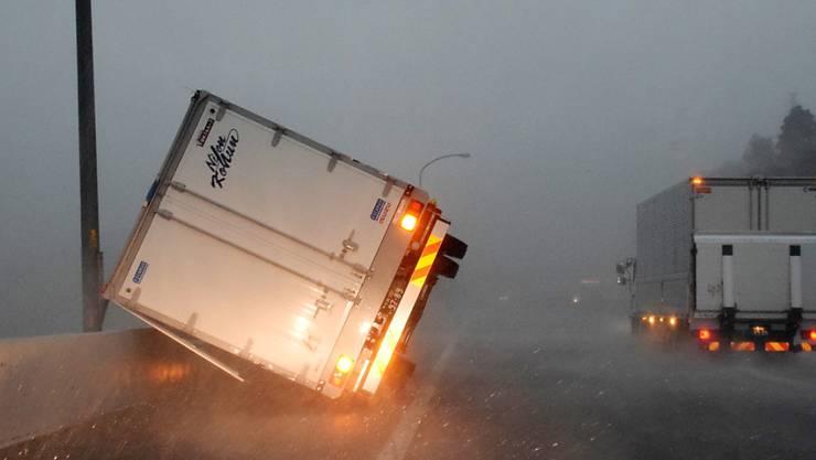 """Ein durch den Taifun """"Faxai"""" umgestürzter Lastwagen am Montag nahe Tokio."""