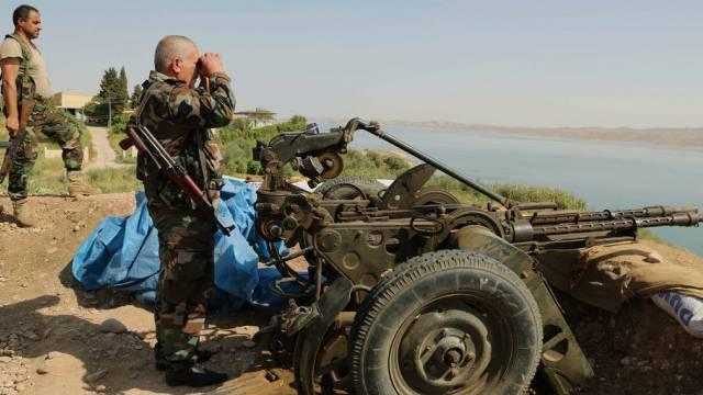 Peschmerga-Soldaten stehen Nahe des Mossul-Staudammes
