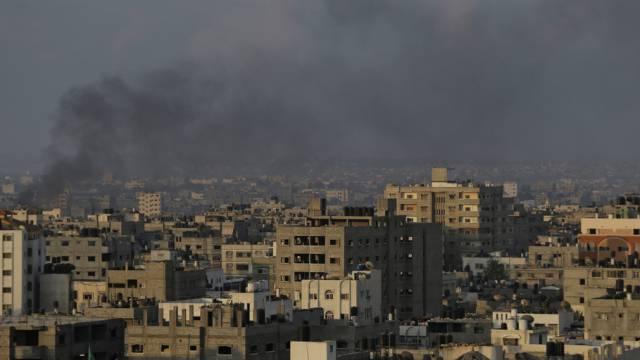 Nach Luftangriff: Rauch steigt am Sonntagmorgen über Gaza-Stadt auf