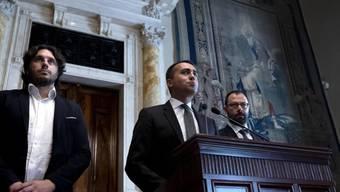 Fünf-Sterne-Leader Luigi Di Maio (Mitte) verschärfte nach dem Treffen mit dem designierten Premier Giuseppe Conte den Ton gegenüber dem möglichen neuen Koalitionspartner, dem Partito Democratico.
