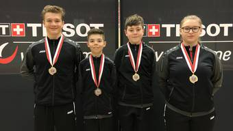 Die glücklichen Medaillengewinner Noa Wyss, Léon Bentje Weiss, Marco Baumann und Luana Taubers.