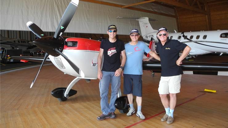 Die Kunstflugpiloten Stefano Albinati und Hanspeter Rohner trainierten gestern mit ihrem Coach Patrick Paris (von links) in Grenchen.