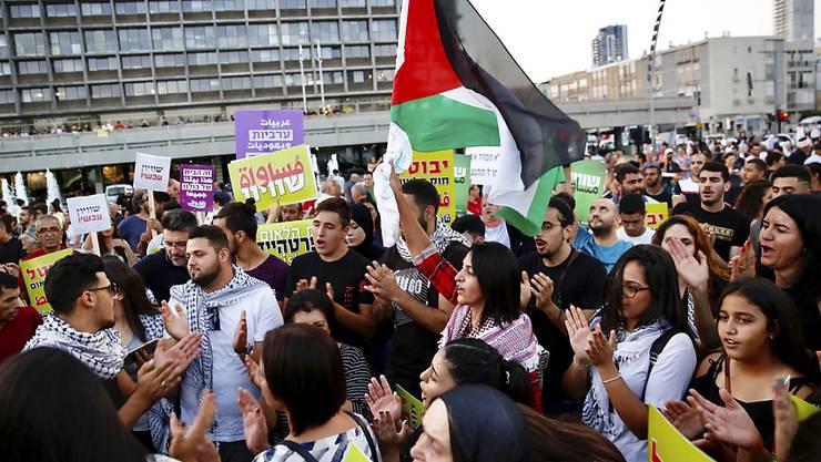 Tausende arabische Israelis und ihre Unterstützer haben in Tel Aviv  Gleichberechtigung gefordert.