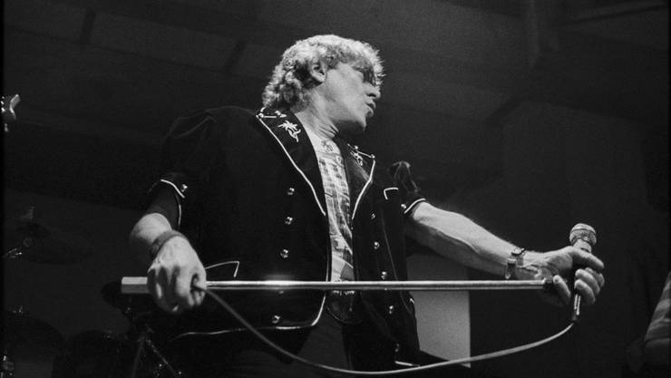 Der Mundart-Rocker Polo Hofer während eines Konzertes im Dezember 1991 in der Mühle Hunziken bei Bern