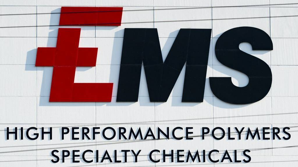 Blick auf das Logo am Hauptsitz der Ems-Chemie AG, aufgenommen am Freitag, 7. August 2015, in Domat-Ems. (KEYSTONE/Gian Ehrenzeller)