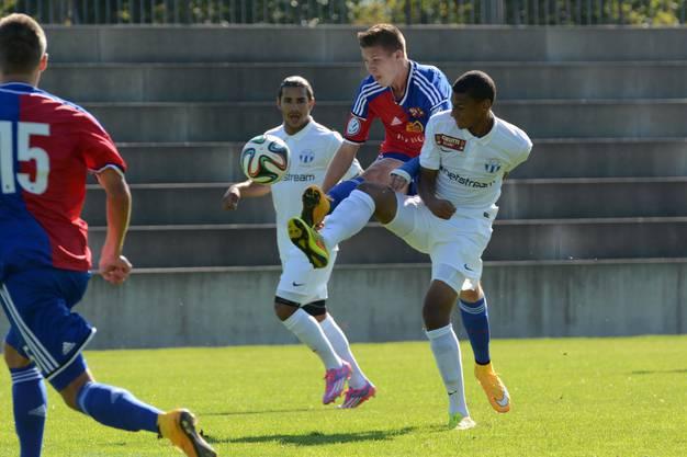 Djibril Sow (rechts) im Duell mit dem damaligen FCB-U21-Stürmer Cédric Itten. Sow ist der Weg beim FCZ von der U21 zu den Profis versperrt.