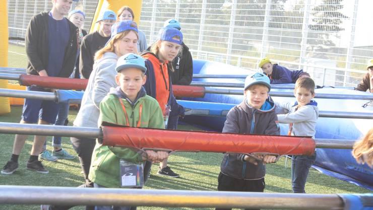 Die Kinder und Leiter werden zu Töggelifiguren und versuchen so viele Tore wie möglich zu schiessen.