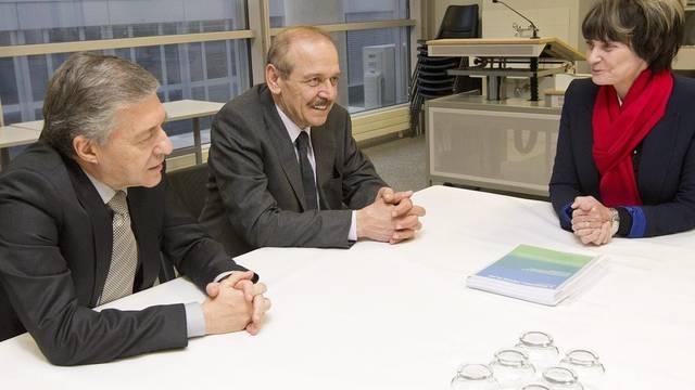 Bundesrätin Micheline Calmy-Rey mit Yossi Beilin (links) und Yasser Abed Rabbo