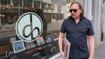Dimitri «Dimi» Denage vor dem Plattenladen Dezibelle.