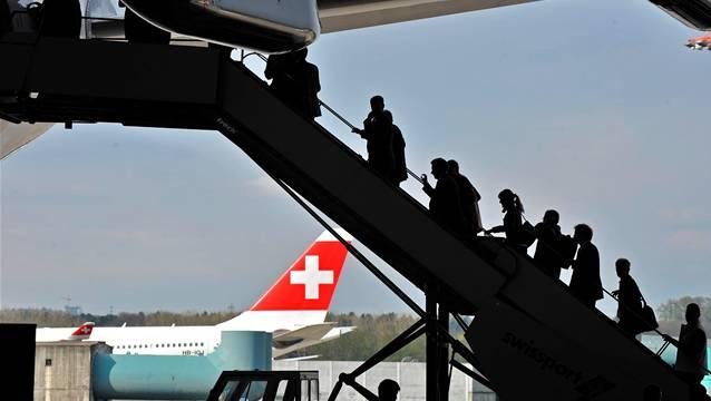 Gaeste besichtigen den neuen Airbus A330-300 der Swiss International Airline im Hangar. © Andy Mueller/EQ Images